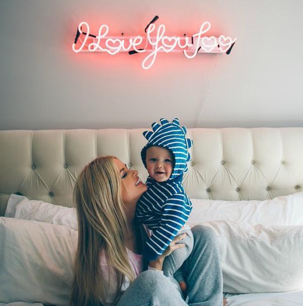 Chica sonriendo con un bebé