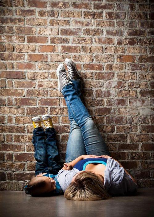 Chica y niño acostados en el piso