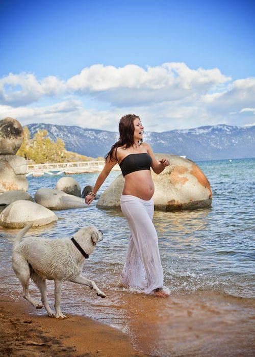 mujer caminando por la playa junto a su perro