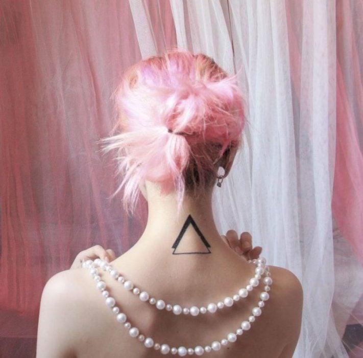 Tatuaje triángulos en el cuello