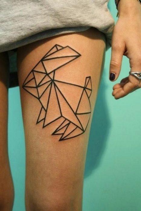 Tatuaje conejo geométrico