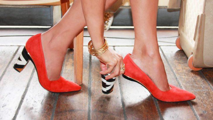 Zapatos anaranjados con tacón intercambiable