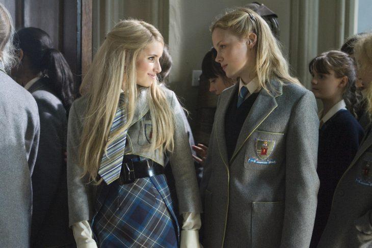 Chica conversando con otra en los pasillos de la escuela
