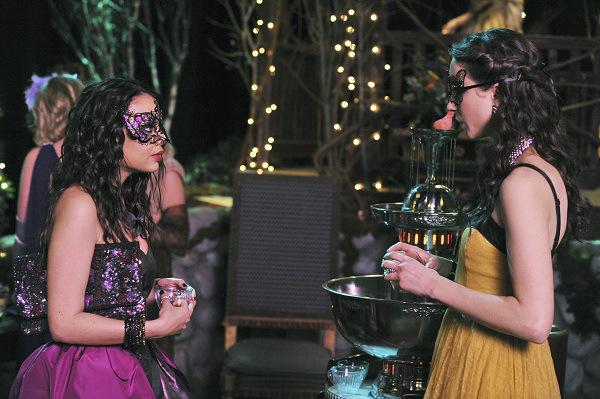 Chicas de pretty little liars conversando mientras están en un baile de mascaras