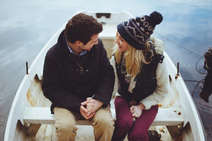 pareja de novios platicando en una lancha