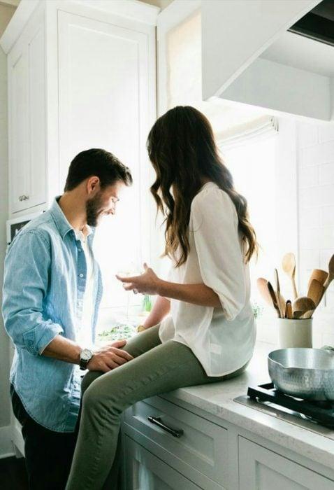 pareja en la cocina de una casa conversando