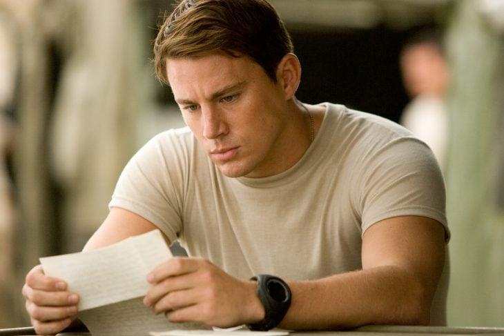 Chaning tattum leyendo una carta en la película
