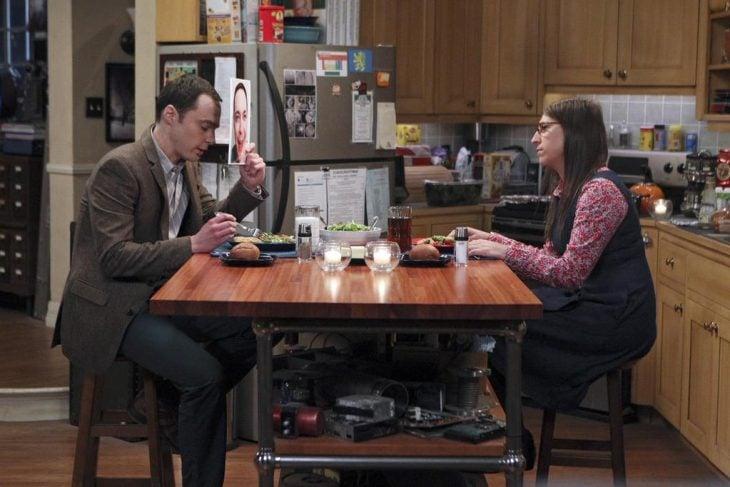 Escena de la serie the big bang theory shedon y su novia cenando