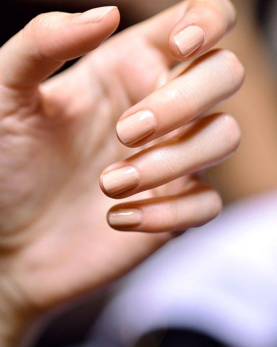 uñas de una chica perfectamente cortadas