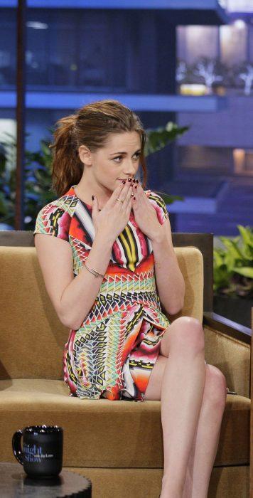Kristen Stewart tapandose la boca durante una entrevista