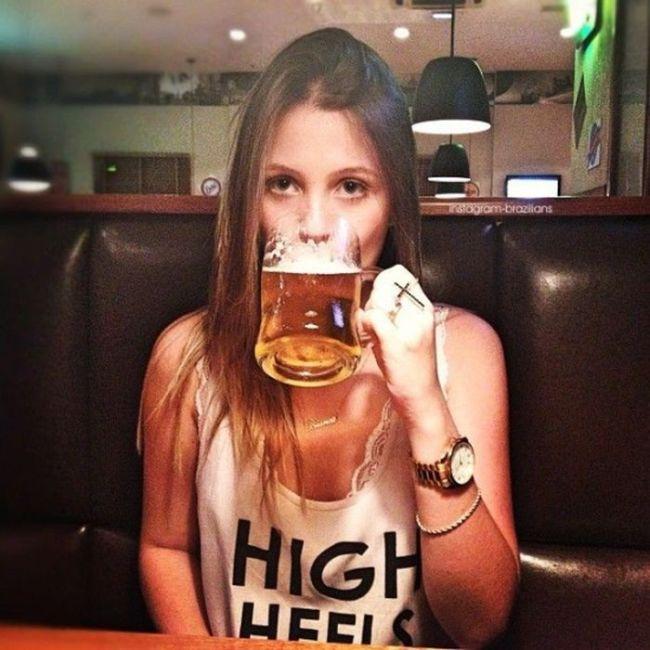Chica bebiendo un tarro de cerveza