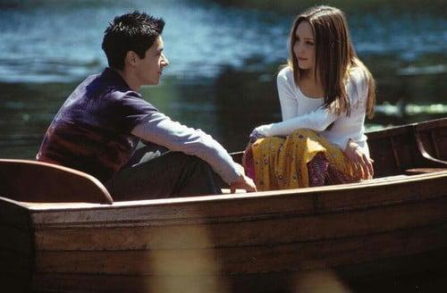Escena de la película lo que una chica quiera pareja hablando en un bote