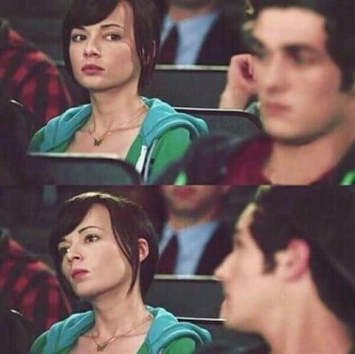 Chica sentada en una banca observando con atención a un chico
