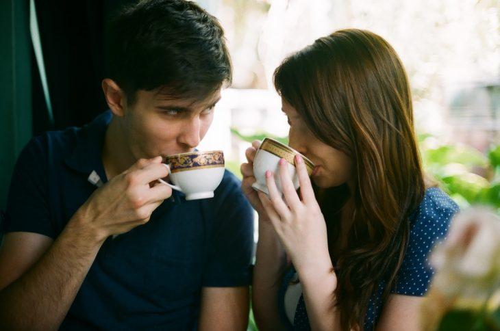 Chica tomando un café con un chico