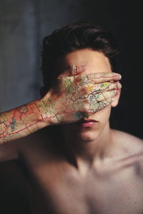 Chico tatuaje de mapa en la mano
