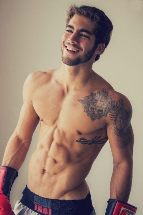 Chico con tatuaje prehispánico