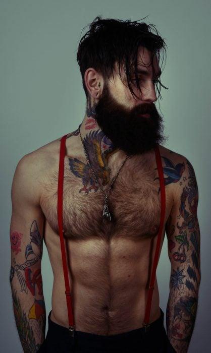 Chico hipster con barba y tatuajes