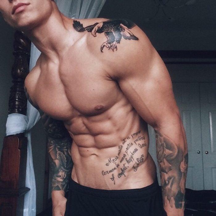 Chico con tatuaje de un águila