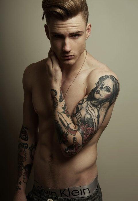 Chico con tatuaje en el brazo