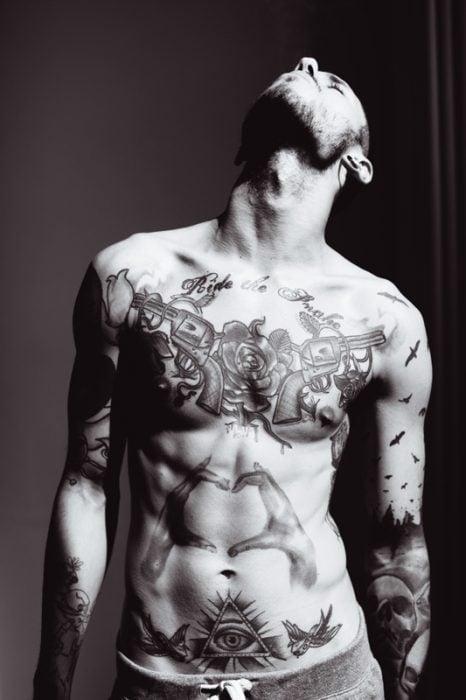 Chico con el cuerpo tatuado
