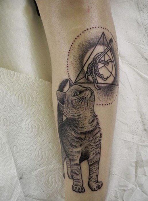 Chico con tatuaje de gato