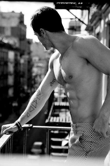 Chico con triángulos tatuados