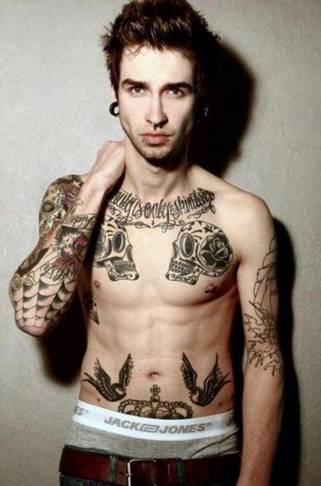 Chico con calaveras tatuadas
