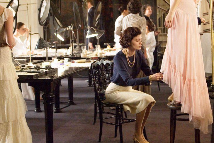 Escena de la película coco before chanel audry tatou cociendo un vestido