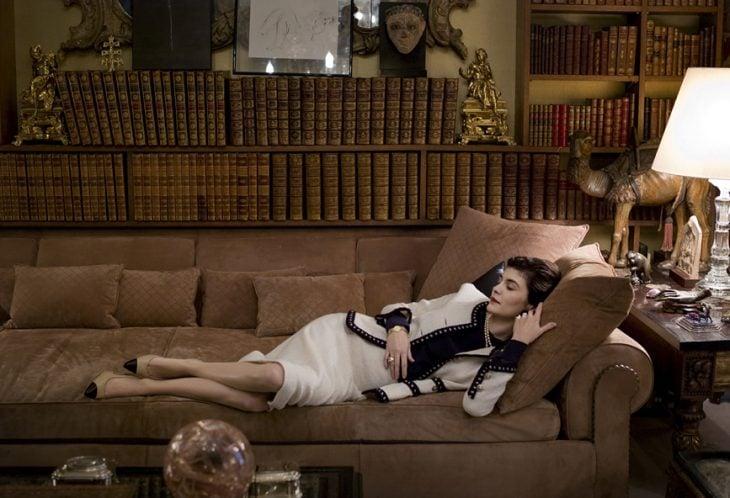 Escena de la película coco before chanel audry tatou recostada en un sofá