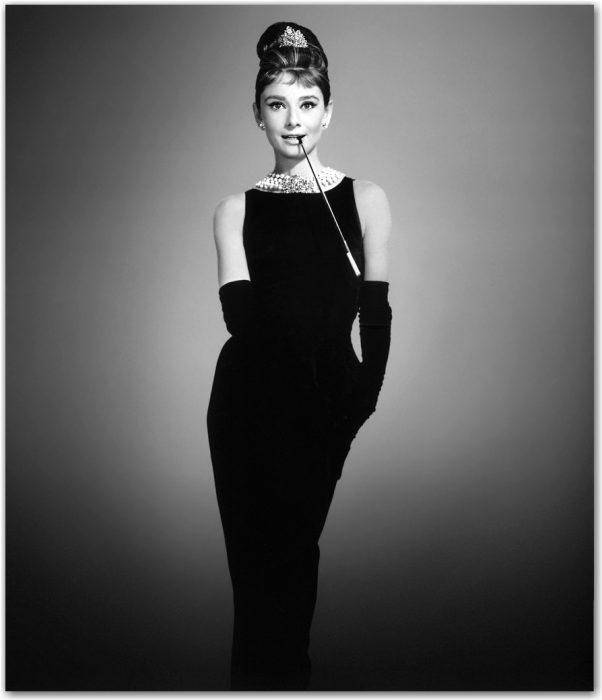 Audrey hepburn usando un vestido color negro creado por chanel