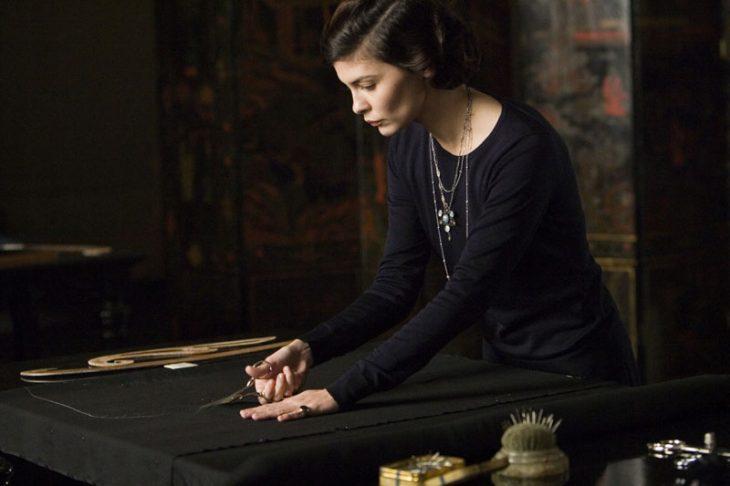 Escena de la película coco before chanel actriz Audrey tatou cortando un trozo de tela