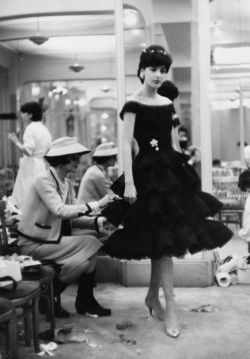 Diseñadora de modas coco chanel cociendo el vestido de una modelo