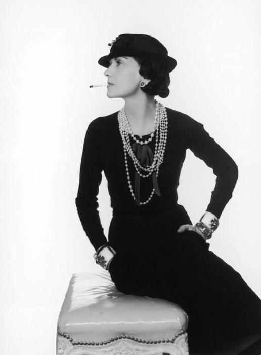 Diseñadora de modas coco chanel fumando un cigarro