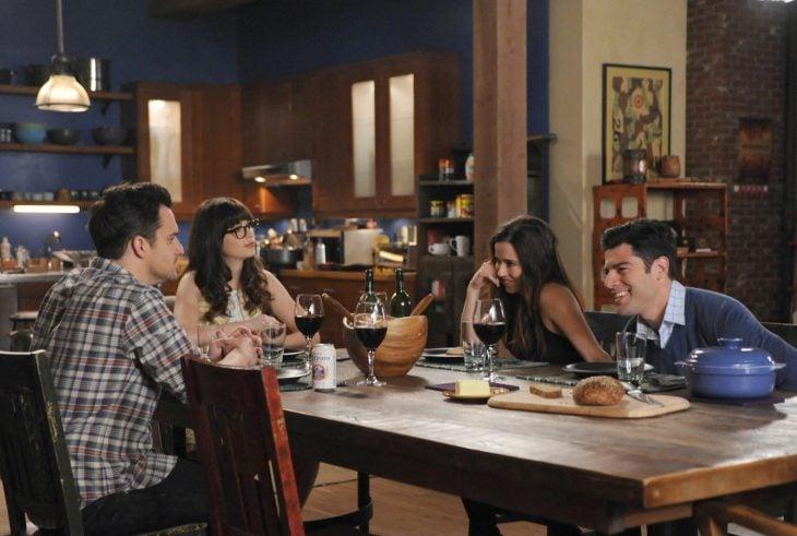 Escena de la serie new girl amigos sentados en la mesa