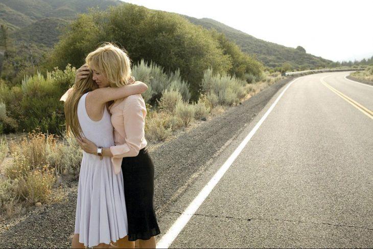 Chicas abrazándose en la carretera