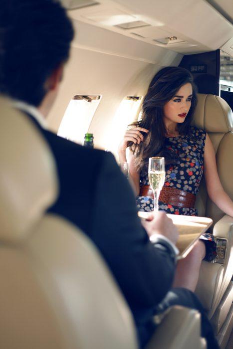 chica bebiendo champagne