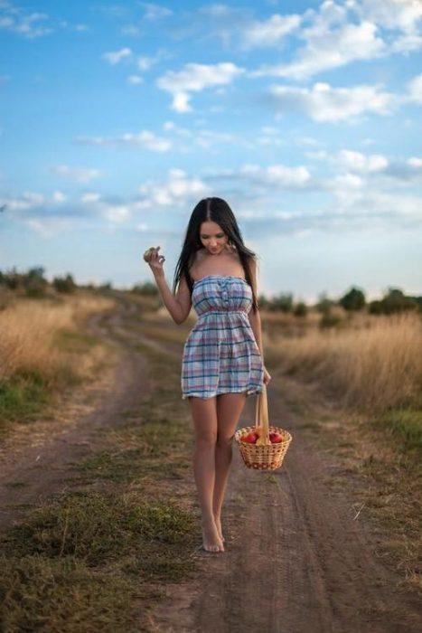 Chica caminando descalza