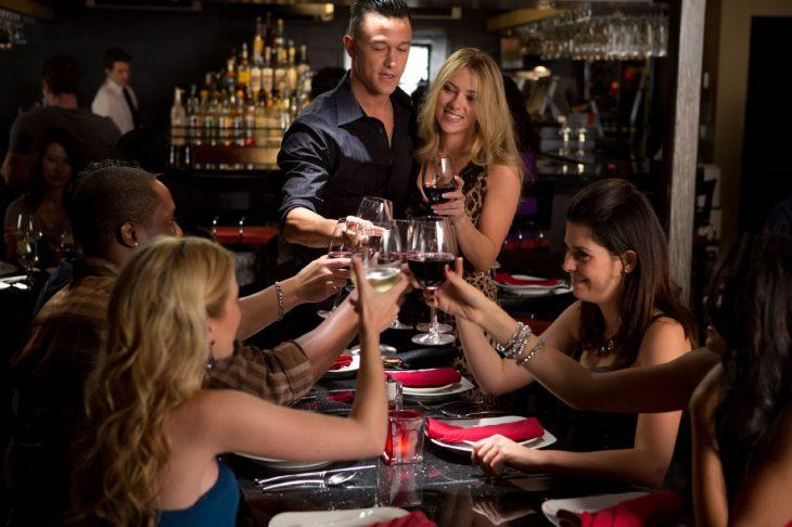 Escena de la película un atrevido don juan cena entre amigos