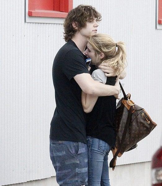 Emma roberts y su novio abrazados mientras ella llora