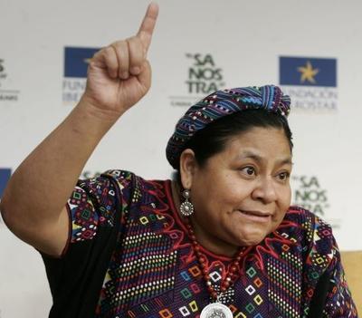 Mujer mexicana levantando el dedo hacia el cielo