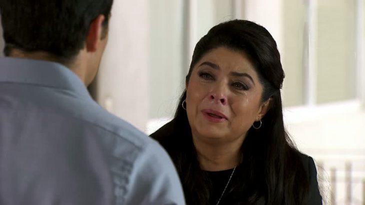 Victoria ruffo llorando frente a un hombre en una telenovela