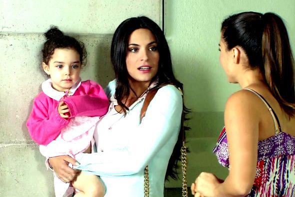 protagonista de la telenovela corazón indomable con su hija en brazos