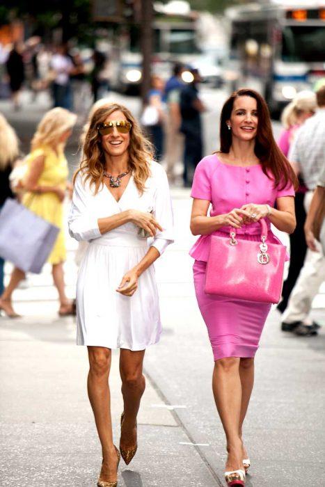 Charlotte and carrie de la película sex and the city caminado por las calles de new york