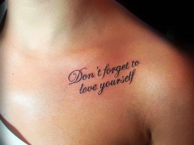 Chica con una frase tatuada en su omóplato