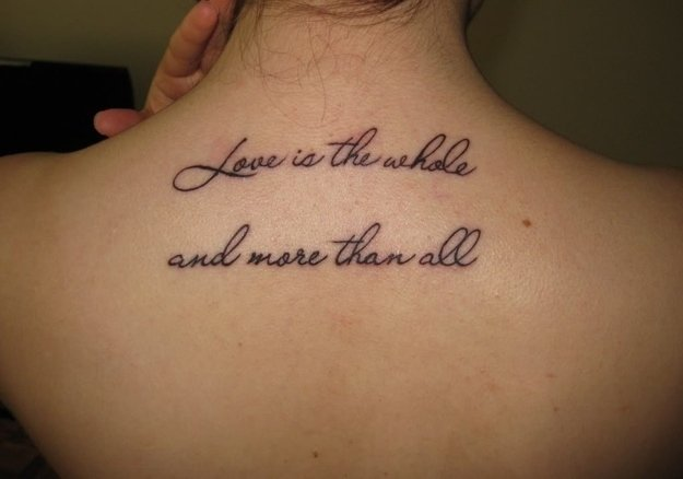 Chica mostrando su espalda con un tatuaje de una frase en ingles