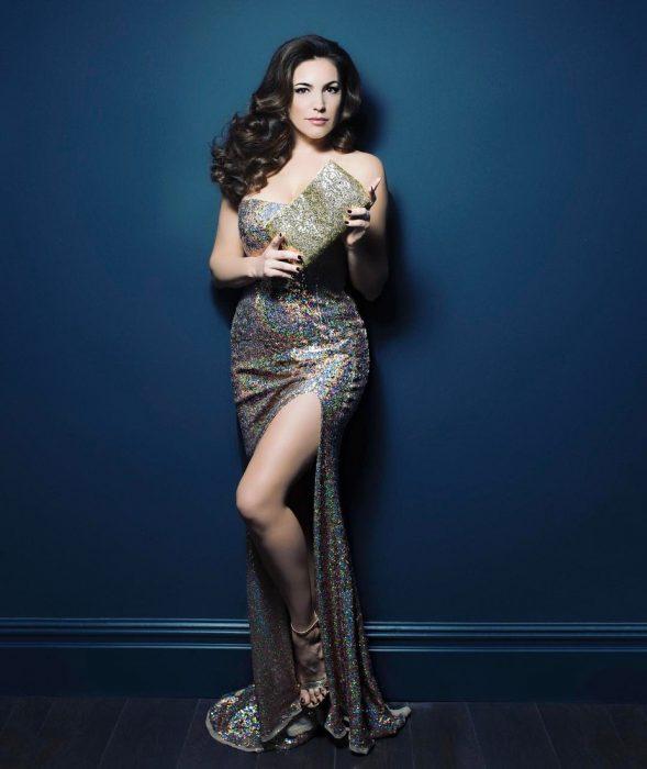 mujer con vestido y curvas