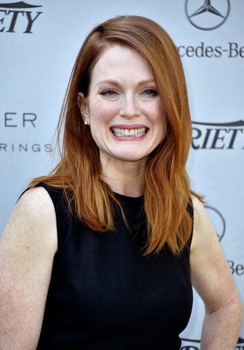 Actriz julian moore sonriendo en una alfombra roja