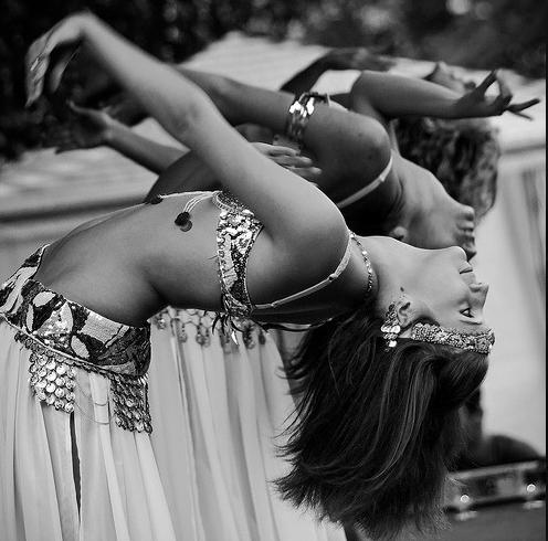 mujeres practicando danza árabe