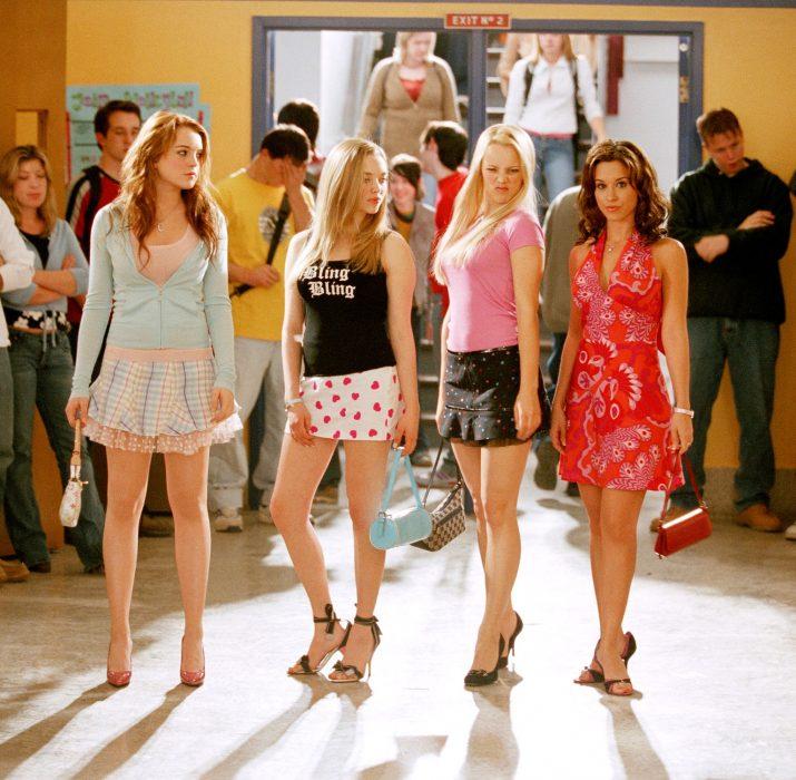 Escena de la película chicas pesadas, mujeres en el pasillo de la escuela