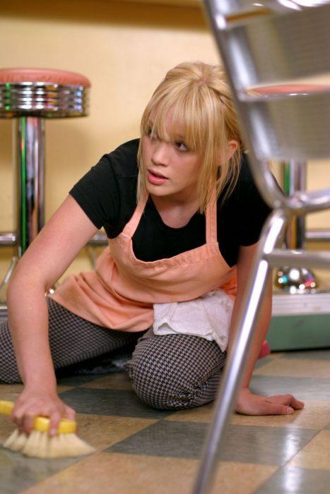Escena de la película una moderna cenicienta chica lavando los pisos del restaurante